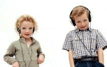 деца със слушалки