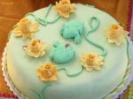 """Торта """"Жабчета"""" - ванилов бисквитен блат с крем от сметана и боровинки, за украсата фондан."""