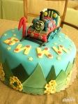 """Торта """"Томас"""" - ягодово-млечен крем и пандишпанени блатове. Фигурка и покритие от захарно тесто."""