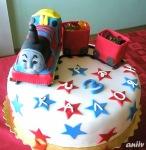 """""""Томас"""" 2: Торта """"Червено кадифе"""" - блатове с какао и крем с маскарпоне. Фигурката на Томас е от пандишпанени блатове и крем ганаш. Покритие - захарно тесто."""